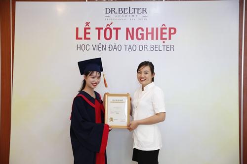 Lễ trao bằng tốt nghiệp cho học viên học tư vấn spa.