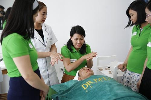 Lớp học thực hành khóa học chăn sóc da tại học viện DrBleter