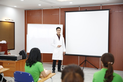 Giảng viên tại khóa học chăm sóc da chuyên nghiệp tại Hà Nội